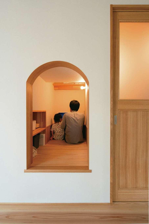 仲田工務店【子育て、自然素材、省エネ】リビング内にあるご主人の書斎は、曲線の入り口が隠れ家的な雰囲気に
