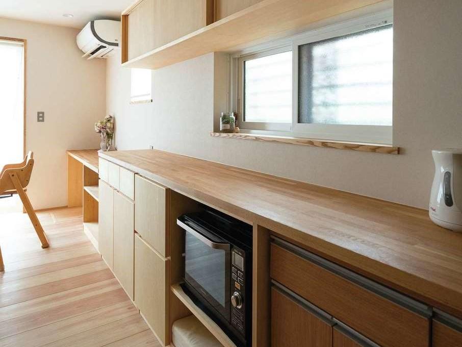仲田工務店【子育て、自然素材、省エネ】入れるものに合わせてサイズを決めたキッチン収納。上部収納の高さは奥さまの身長に合わせた。ここにも造作がふんだんに