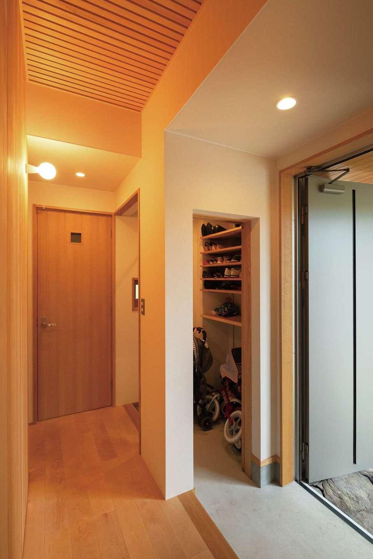 仲田工務店【子育て、自然素材、省エネ】2階廊下をすのこ状の板張りにすることで、階下の玄関にやさしく光が降りていく