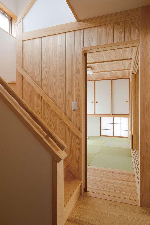 コバヤシ建築【収納力、和風、自然素材】光の陰影が際立つ階段ホール。造作の建具は壁側に引き込めるので、ゆったりとした空間に