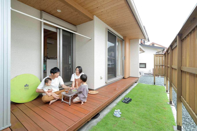 コバヤシ建築【収納力、和風、自然素材】板塀があるおかげで、縁側での外ごはんの時も周囲の視線を気にせずに満喫できる
