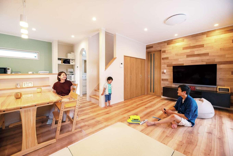 irohaco (アヴァンス)【1000万円台、子育て、間取り】家族のつながりを感じるナチュラルテイストのLDK。フローリングの色と質感に合わせ、テレビステーションは木目調のクロスに。小上がりの畳コーナーは移動も可能
