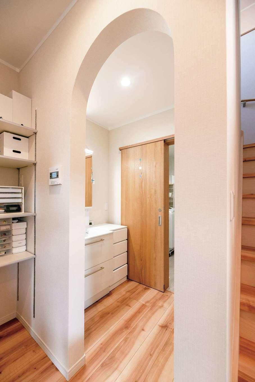 irohaco (アヴァンス)【1000万円台、子育て、間取り】玄関から脱衣所、洗面コーナー、パントリー、キッチンへとつながる便利な家事ラク動線。アーチの垂れ壁は奥さまのこだわり