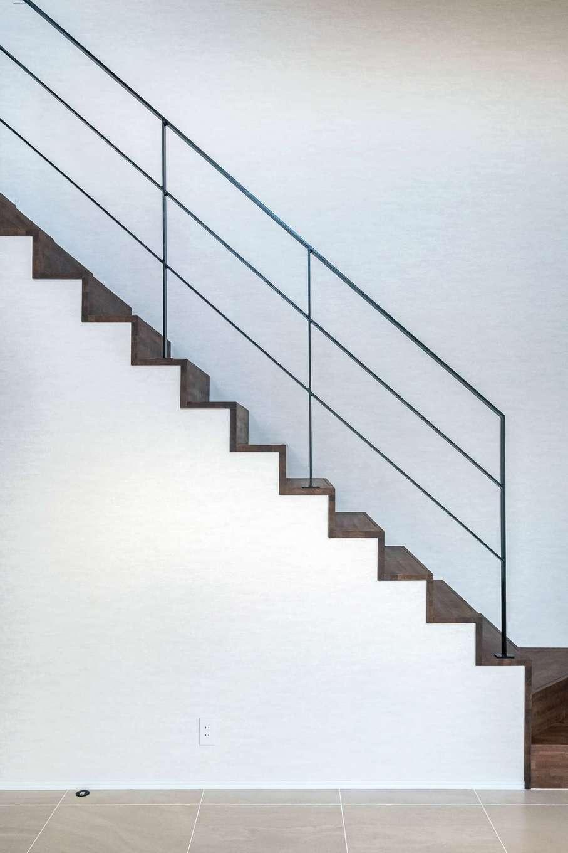 藤井建築事務所 -delphi-【デザイン住宅、建築家、インテリア】緊張感のあるアイアンの細い手すりと、木の踏み板のコントラストが美しいリビング階段