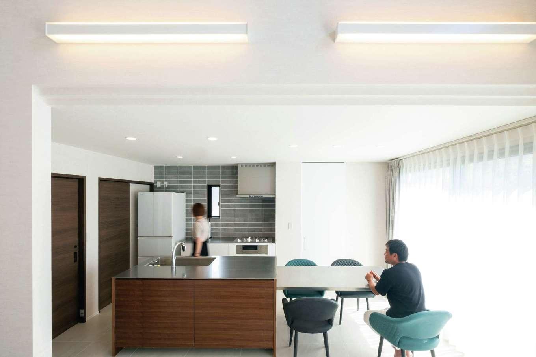 藤井建築事務所 -delphi-【デザイン住宅、建築家、インテリア】家具職人のご主人が設計・施工したステンレスのダイニングテーブルで、奥さまの手料理を囲む