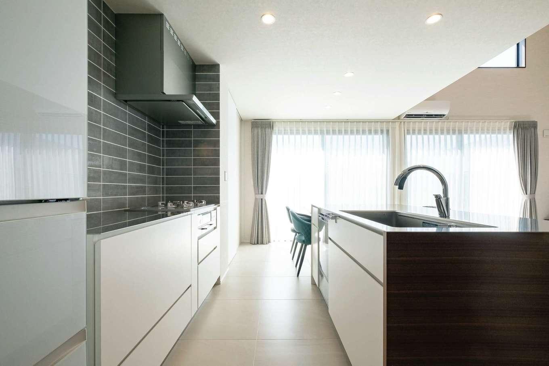 藤井建築事務所 -delphi-【デザイン住宅、建築家、インテリア】グレーのサブウェイタイルが白い空間のアクセントに