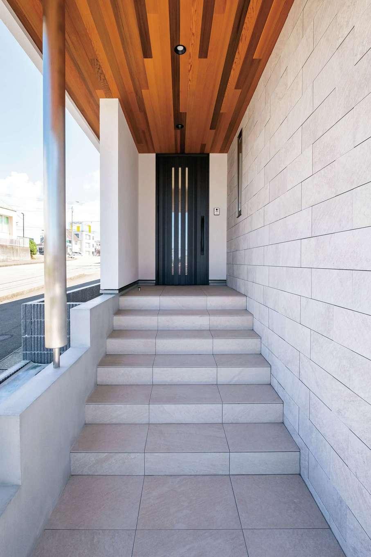 藤井建築事務所 -delphi-【デザイン住宅、建築家、インテリア】軒天のレッドシダーと壁の白いタイルが絶妙に融合したポーチ