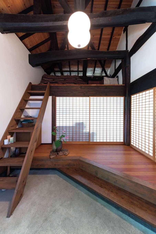 建杜 KENT(大栄工業)|玄関土間の一部に床を張り、式台のある上がりかまちを設け、格調高い仕上がりに。正面の障子を開ければキッチンに直接つながる。屋根裏部分はオープンに。階段を新設し、ロフト収納として活用