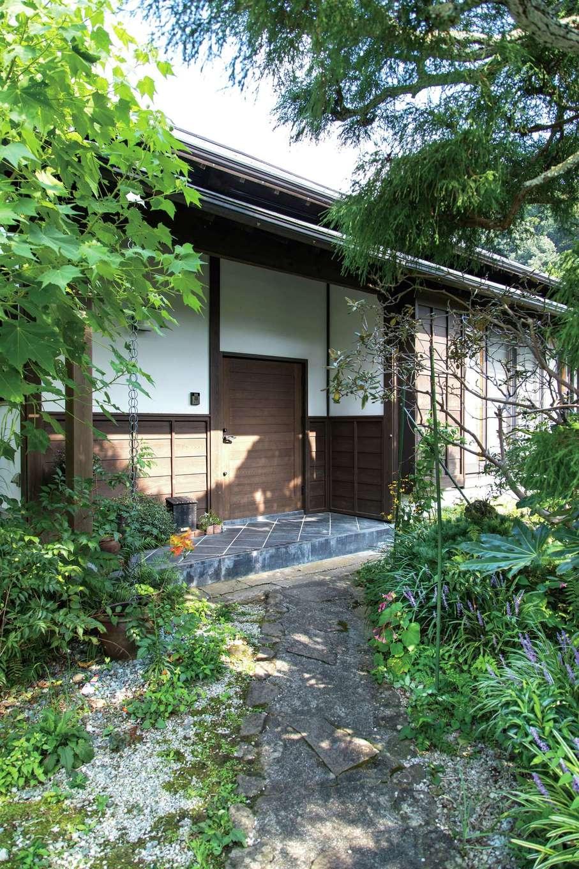 建杜 KENT(大栄工業)|漆喰と下見板が和の風情を醸す玄関。広縁はペアガラスの樹脂サッシにより気密・断熱性をアップ