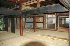 伝統的な日本家屋の間取りから、開放的な空間に。ふすまは取払い、無垢床張りで約20畳の広々リビングダイニングに変更した。リビングと接する一部の開口部には、土、珪藻土、古紙からつくられた、耐震性のある荒壁パネルを設置、漆喰で仕上げている