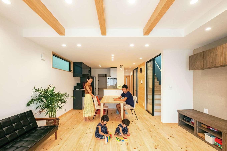 靖和工務店【子育て、狭小住宅、間取り】LDK、水回りと、生活のベースは2階に集約。パントリーを通って回遊でき、奥さまの家事動線も便利なフロアだ。家族が集まる空間にふさわしい明るいひのき材が清々しい。キッチンの位置や向きは、試行錯誤を重ね、最終的にこの位置に。おかげでリビングが広くなり、階段室からの明かりも充分に取り込める