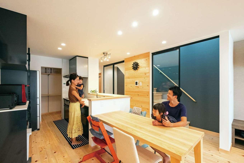 靖和工務店【子育て、狭小住宅、間取り】階段室は圧迫感がないガラスの引き戸に。アイアンフレームと階段室のクロスがアクセント。壁は床と同じひのき張り