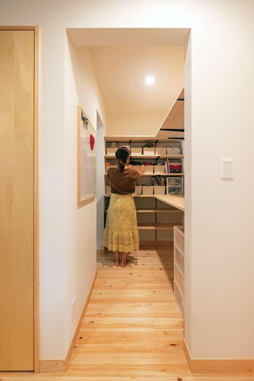 靖和工務店【子育て、狭小住宅、間取り】パントリーを介して水回りとキッチン、リビングを回遊できる動線は奥さまの希望。大容量で食品ストック以外にもリビングクローゼットの役割も