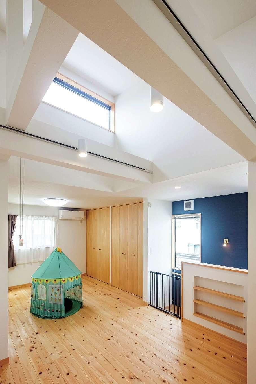 靖和工務店【子育て、狭小住宅、間取り】3階は開放的なフリールーム。勾配天井の上部に明かり取りの窓を用意し、将来個室に仕切っても快適さをキープ
