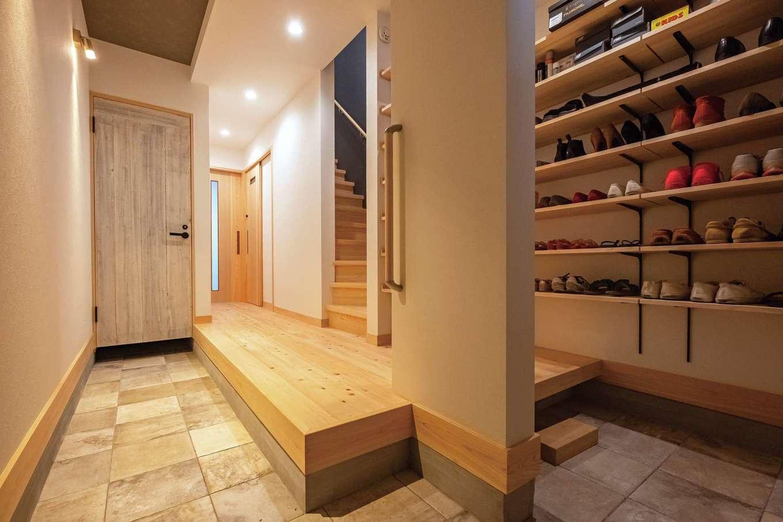 靖和工務店【子育て、狭小住宅、間取り】縦に延びる土間仕立ての玄関ホール。大容量のシューズクロークとは別に、アウトドア用品などを入れられる3畳分の収納も確保。奥には予備の個室として8畳の洋室も設けた