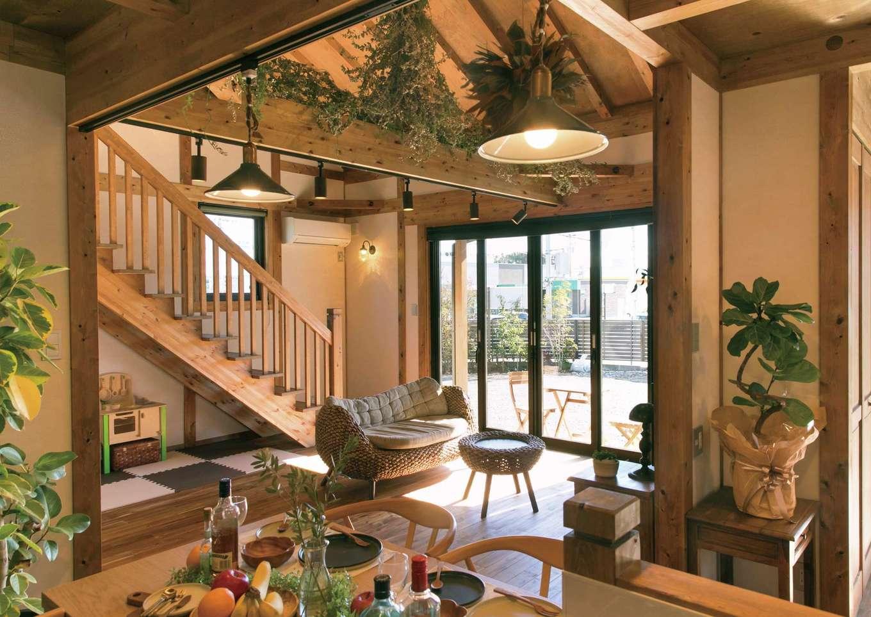 サイエンスホーム【1000万円台、デザイン住宅、自然素材】つながりを持たせつつ、緩やかにエリア分けされたLDK。奥さまがディスプレイしたグリーンと雑貨がひのきの空間をやさしく彩る。柱、梁、床、建具もすべて国産ひのき