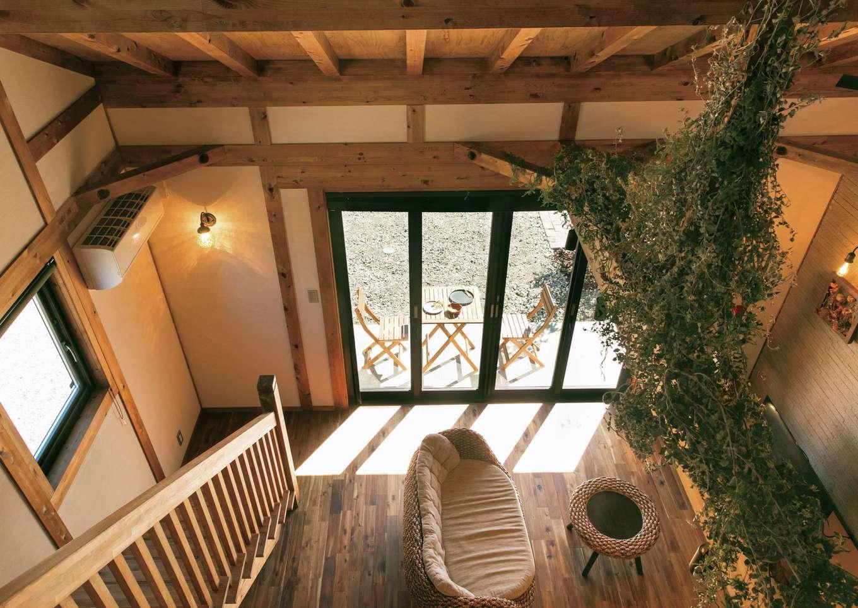 サイエンスホーム【1000万円台、デザイン住宅、自然素材】ロフトからリビングを見下ろす。全開口タイプの大きな窓を開けると光と風が家中に行き渡り、家にいながら非日常的なリゾートライフを満喫できる