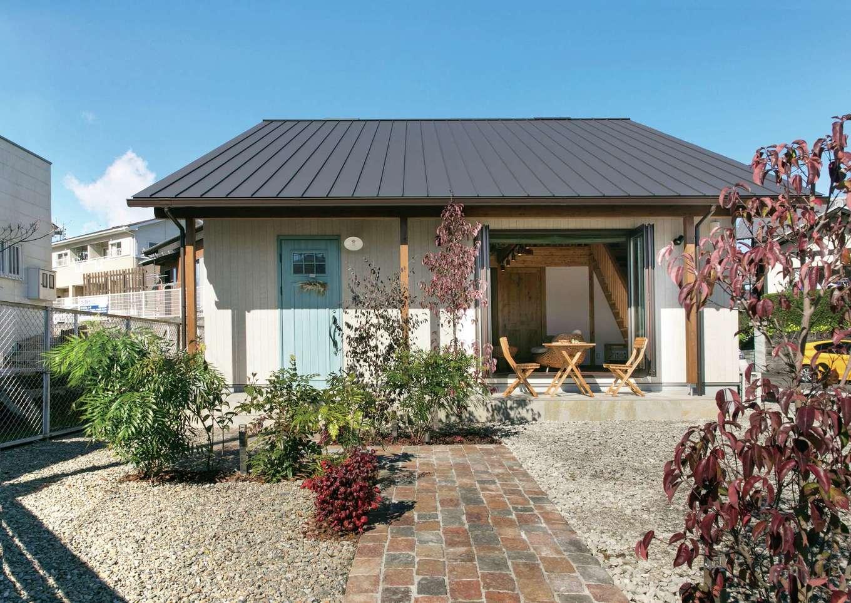 サイエンスホーム【1000万円台、デザイン住宅、自然素材】南国リゾートをイメージした外観が青空によく映える。淡いミントブルーの玄関ドアがアクセントに。テラコッタタイルのアプローチは、帰ってくるたびにワクワクする。四季折々の庭の景色も暮らしの一部になる