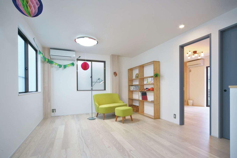 あすなろ設計事務所|2階にはホールのような子ども部屋。家族が増えたら2部屋に仕切り、巣立ったら開放して趣味スペースとなるよう可変性を持たせた