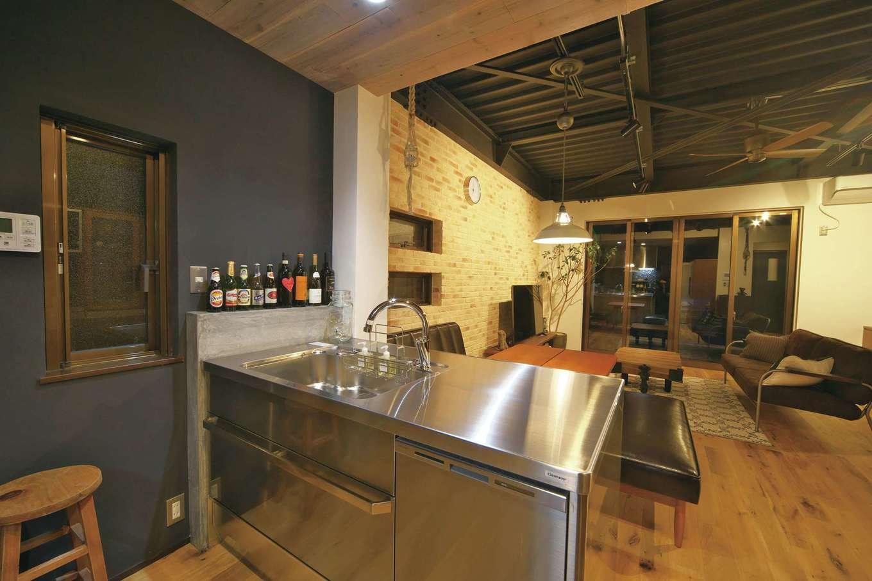 あすなろ設計事務所|キッチンはシンクとコンロが平行に並ぶⅡ型を採用。限られたスペースでも対面キッチンが叶えられた