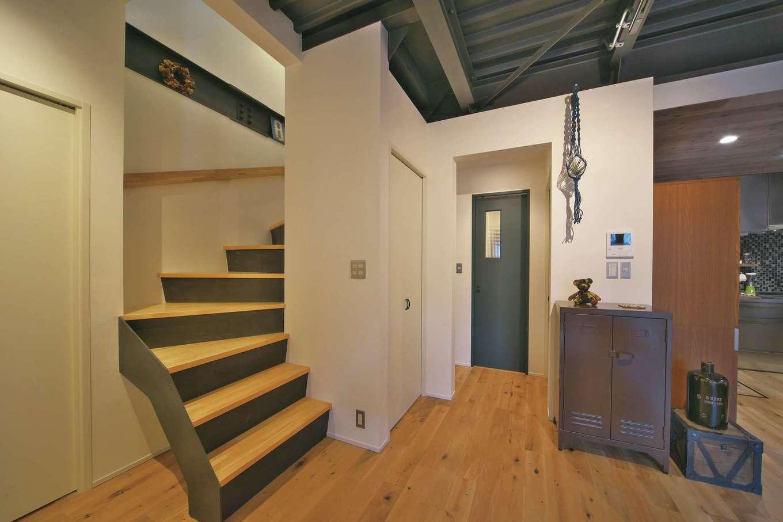 あすなろ設計事務所|玄関を入ると右にLDK、左に階段。少しでも空間を広く使うため、1階は極力間仕切りを設けないようにした