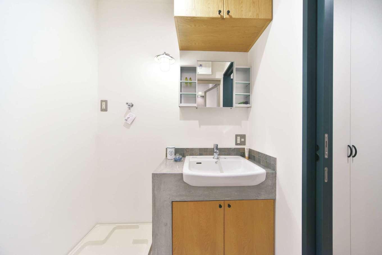 あすなろ設計事務所|洗面台はモルタル仕立て。必要な収納を造作した