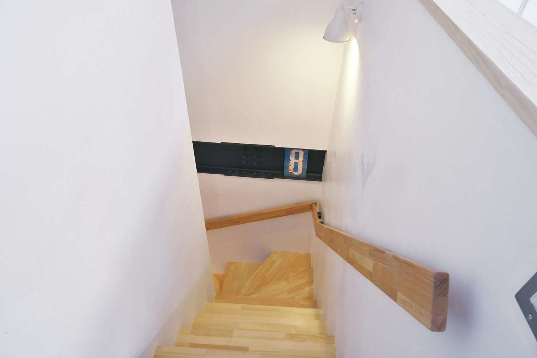 あすなろ設計事務所|壁は漆喰(一部珪藻土)。階段途中に鉄骨を現しにする部分をつくり、空間のアクセントに