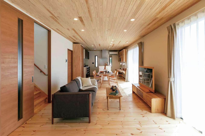 住まいるコーポレーション【デザイン住宅、自然素材、省エネ】厚さ30mmのパインの床とスギ板張りの天井、珪藻土の壁が心地よさとすこやかさを奏でるLDK。リビング階段を引き戸で締め切り、冷暖房を節約できる