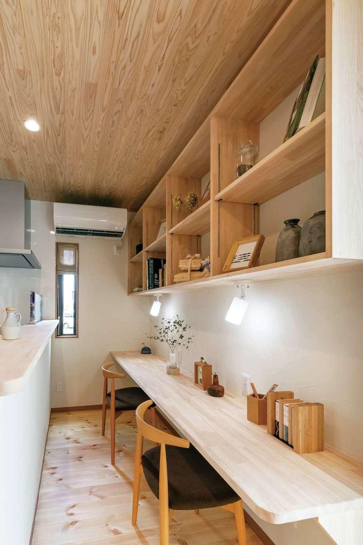 住まいるコーポレーション【デザイン住宅、自然素材、省エネ】キッチンの正面にあるスタディコーナーは照明も収納も2人分設置