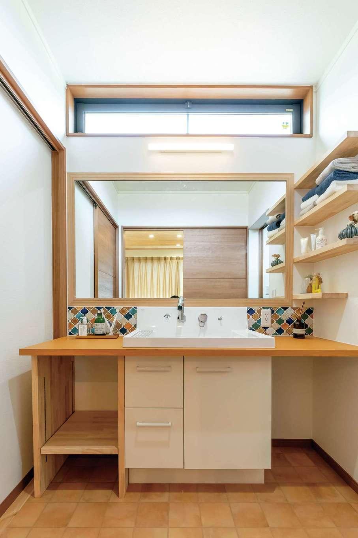 住まいるコーポレーション【デザイン住宅、自然素材、省エネ】洗面スペースは脱衣室と仕切ることができる。隣にはファミリークローゼットがある