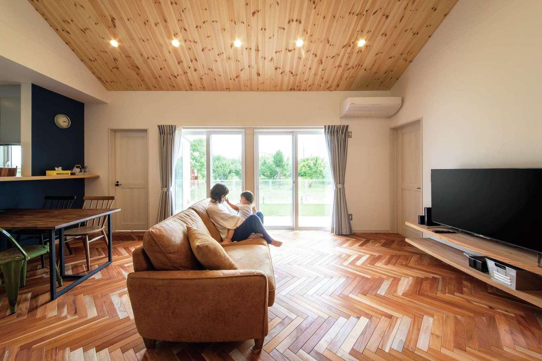 水田建設【デザイン住宅、省エネ、平屋】木の感触が心地よいリビング。造作のTVボードにもご主人のこだわりが反映されている