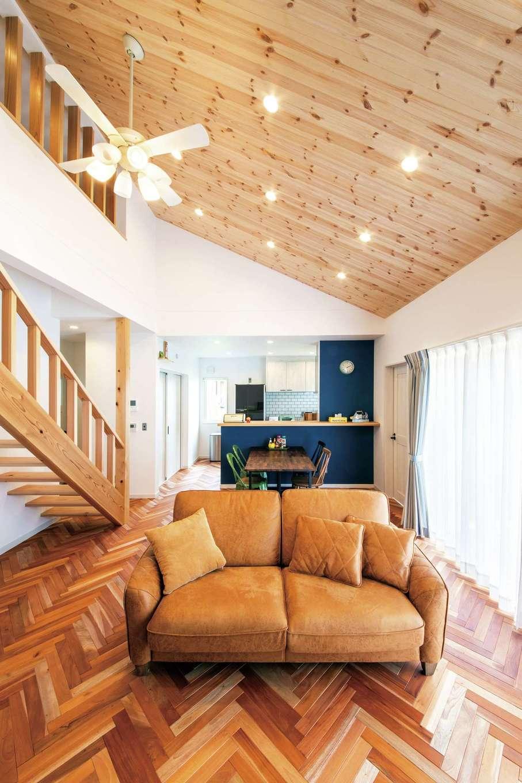 水田建設【デザイン住宅、省エネ、平屋】勾配天井がLDKとロフトを繋ぐLDK。ヘリンボーンの床や無垢のストリップ階段から、大工職人の緻密で確かな技術がうかがえる