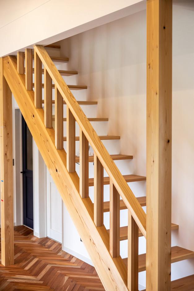 水田建設【デザイン住宅、省エネ、平屋】ロフトへとつながる木製のスケルトン階段