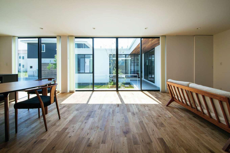インフィルプラス【デザイン住宅、高級住宅、平屋】室内の壁には巾木を設けず、建具はすべてハイドアにして無駄なラインを排除し、シンプルな意匠を追求した