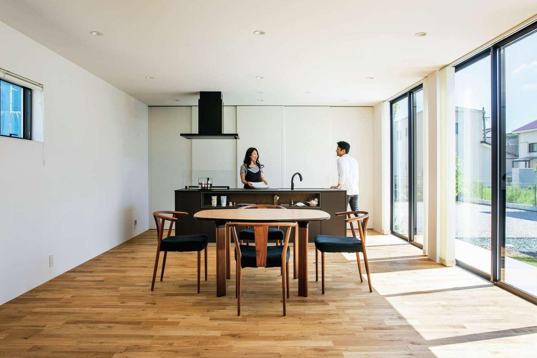 インフィルプラス【デザイン住宅、高級住宅、平屋】アイランドキッチンの背面の壁一面に収納スペースを確保。大きな扉で生活感を覆い隠せる