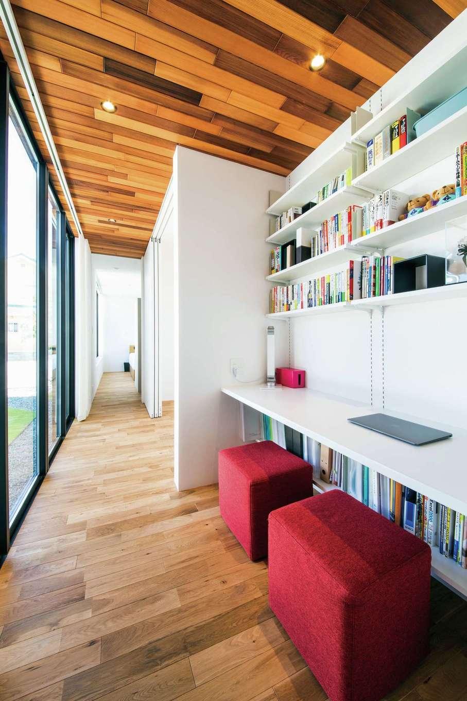 インフィルプラス【デザイン住宅、高級住宅、平屋】プライベートスペースに確保した書斎は、リモートワークに最適な空間。個室にこもらず、庭の四季や家族の気配を感じ取りながら、気持ちよく仕事ができる