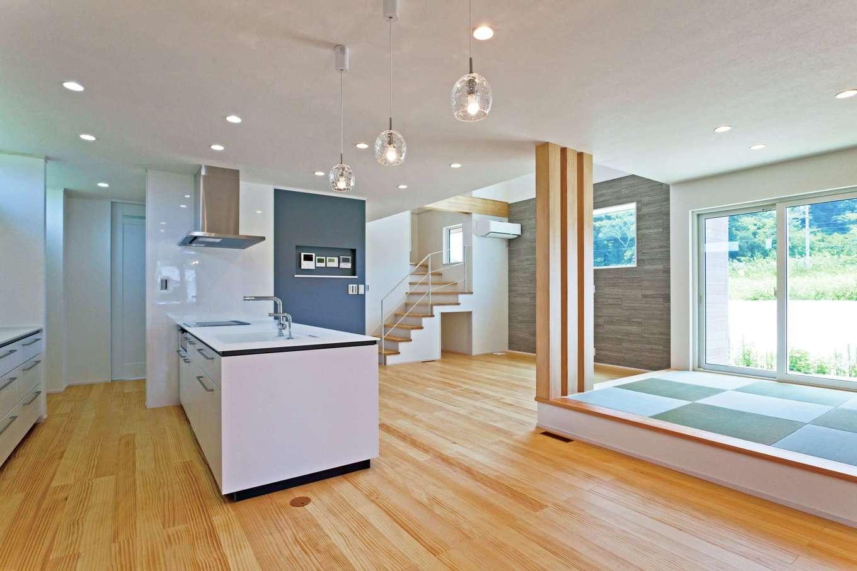 MEIKO夢ハウス(明工建設)【デザイン住宅、子育て、省エネ】奥さまはキッチンから家族が見渡せるレイアウトを希望した。キッチン奥にはパントリー、脱衣室、屋根のある物干し場が一直線に続き、家事効率を高めている