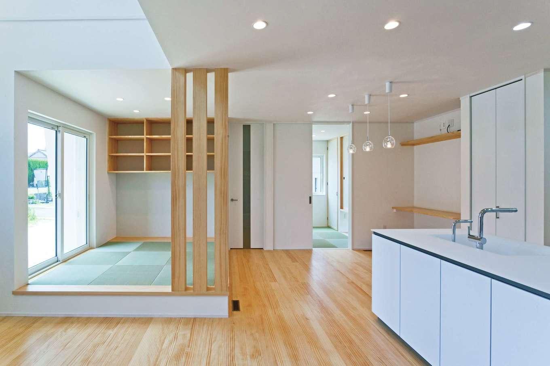 MEIKO夢ハウス(明工建設)【デザイン住宅、子育て、省エネ】畳スペースは一段上げて、役割を穏やかに分割。写真などを飾る棚を造作してもらった。下部は節句人形を飾る場所として板張りに