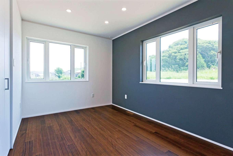 MEIKO夢ハウス(明工建設)【デザイン住宅、子育て、省エネ】寝室は床と壁の色を吟味し、落ち着きを演出。左手には大容量&機能的なウォークインを、右手前にご主人の書斎スペースを備える