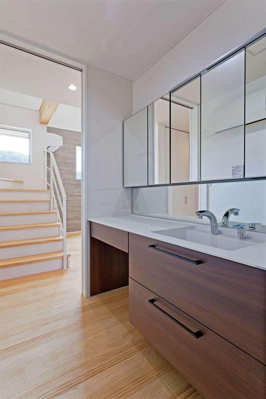 MEIKO夢ハウス(明工建設)【デザイン住宅、子育て、省エネ】上のお子さまが年頃を迎えることから、洗面台を脱衣室から独立。準備のしやすいサイズと大きな鏡を希望した。H邸はメンテナンスフリーの活性水生成システムを採用。キッチン以外の洗面やお風呂でも、さまざまな効果をもつ活性水を使うことができる
