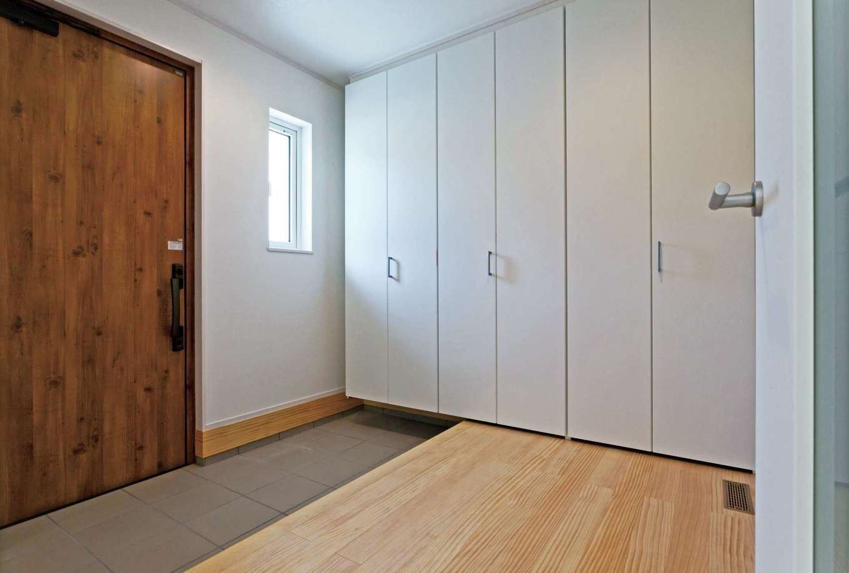 MEIKO夢ハウス(明工建設)【デザイン住宅、子育て、省エネ】玄関には雨具やベビーカーも収まるたっぷりの収納。右手の壁には優れた調湿性、消臭性を誇るエコカラットを採用した