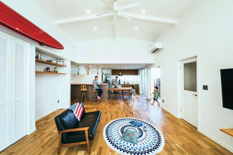 BAUM HOME(岩崎工務店)【デザイン住宅、趣味、平屋】高天井のリビングにはご主人が初めて乗ったボードを飾ってある