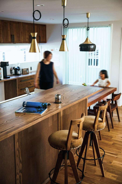 BAUM HOME(岩崎工務店)【デザイン住宅、趣味、平屋】ダイニングカウンターはご主人こだわりの照明でカフェ風に演出。キッチンから中庭の様子を見渡せる
