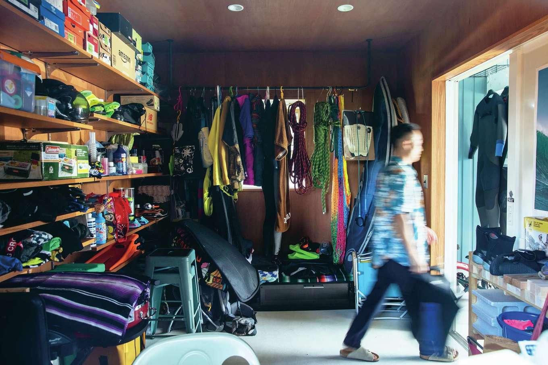 BAUM HOME(岩崎工務店)【デザイン住宅、趣味、平屋】アウトドア用品が並ぶ倉庫は、防災倉庫や被災時に避難するバックアップ用の空間としての機能を併せ持つ
