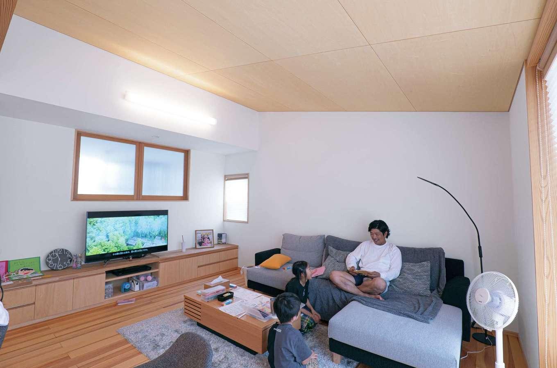 TANAKEN(田中建設)【子育て、自然素材、間取り】天井高を変えて変化をつけたリビング。TVボードは造作。天井はシナベニヤ