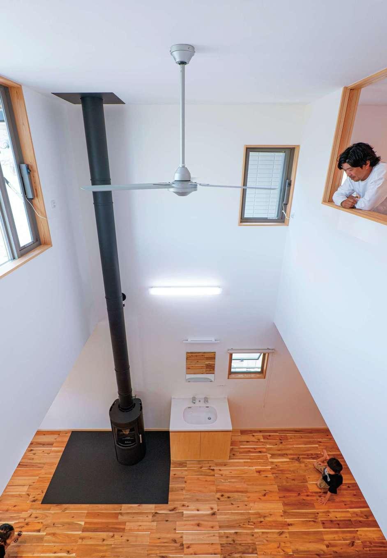 TANAKEN(田中建設)【子育て、自然素材、間取り】吹き抜けの大空間。薪ストーブで暖められた空気が2階まで循環するので家中が暖まる