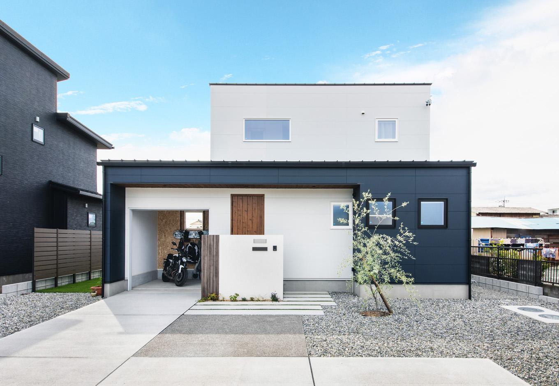 R+house 浜松中央(西遠建設)【省エネ、建築家、ガレージ】ツートーンでアクセントをつけたバイクガレージと一体型の2階建て。ガレージの奥には中庭がある