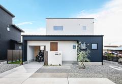 バイクガレージと中庭のある家で楽しむのびのび生活