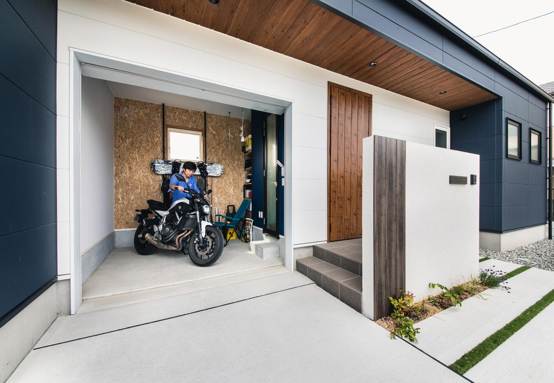 R+house 浜松中央(西遠建設)【省エネ、建築家、ガレージ】ご主人のたっての希望で実現したバイクガレージ。直接玄関に出入りでき、バイクいじりが十分にできる広さも確保した