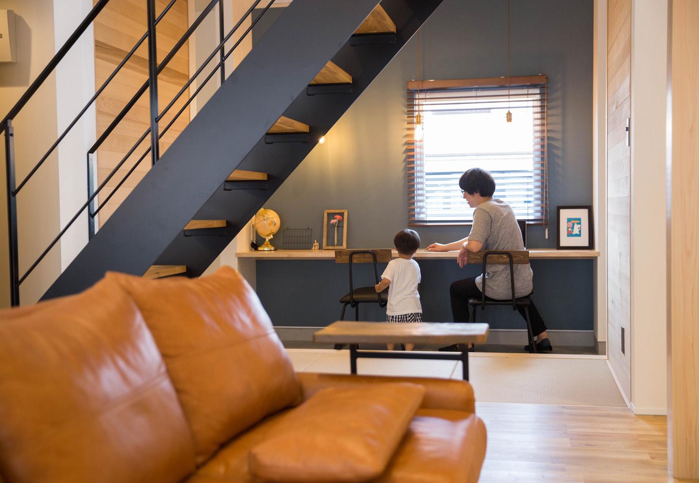 R+house 浜松中央(西遠建設)【デザイン住宅、子育て、建築家】リビング階段の先の土間スペースにはカウンターを設けてあり、カフェ気分でコーヒータイムも楽しめる。趣味や読書、子どもの勉強や遊びのコーナーなど、多目的に活躍しそう!